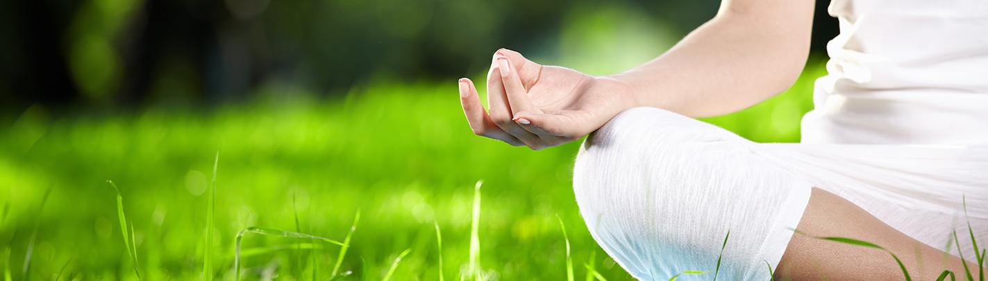 meditazione-in-un-prato